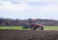 拖拉机处理土地 农夫土地为播下种子做准备 免版税库存图片