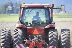 拖拉机小室的农夫 免版税库存图片