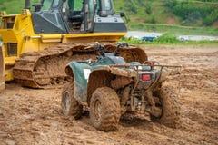 拖拉机推土机和ATV在泥停放 库存照片