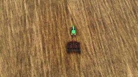 拖拉机播种麦子,极端关闭的耕地鸟瞰图慢动作 影视素材