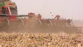 拖拉机播种麦子,极端关闭的耕地鸟瞰图慢动作 股票录像