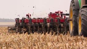 拖拉机播种麦子,极端关闭的耕地鸟瞰图慢动作 股票视频