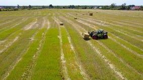 拖拉机收集干燥干草 影视素材
