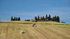 拖拉机收集有干草的大包在领域 影视素材