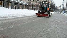 拖拉机明白从雪堆的街道在基辅,乌克兰, 股票视频