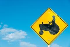 拖拉机横穿标志有天蓝色背景 库存照片