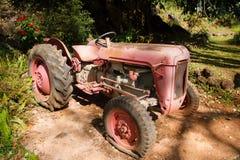 拖拉机泄了气的轮胎被瓦解的无法获得 免版税库存图片