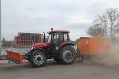 拖拉机洗涤并且清洗街道的尘土和土 库存图片