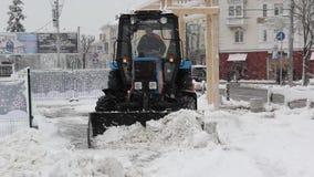 拖拉机清洁雪在公园 影视素材