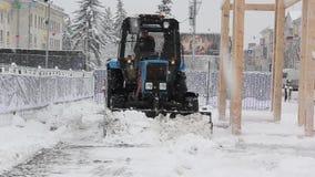 拖拉机清洁雪在公园 股票视频