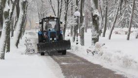 拖拉机清洁雪在公园 股票录像