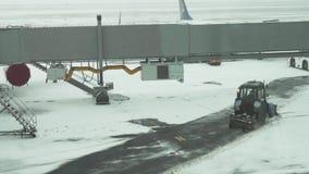 拖拉机清洗在阿斯塔纳国际机场股票英尺长度录影积雪的机场的路  股票录像