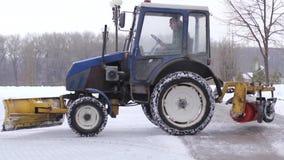 拖拉机清洁雪雪投掷器 影视素材