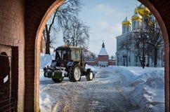 拖拉机清洗雪 免版税库存图片