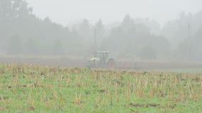 拖拉机犁农业领域早晨雾 股票视频