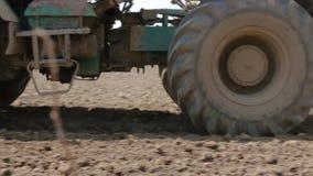 拖拉机犁土壤 股票视频