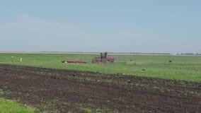 拖拉机犁领域的土地 4K 股票视频
