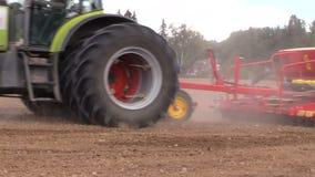 拖拉机用特别设备在夏天施肥母猪领域 影视素材