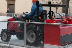 拖拉机的人清洗人为滑冰场 库存照片