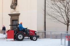 拖拉机的人清洗人为滑冰场 库存图片