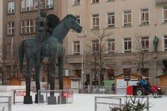 拖拉机的人清洗Moravian广场的人为滑冰场 免版税库存图片