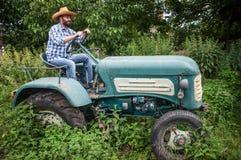 拖拉机的农夫 免版税库存图片