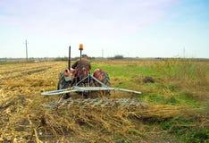 拖拉机的农夫 免版税库存照片