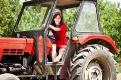 拖拉机的妇女 免版税库存照片