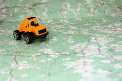 在地图的玩具拖拉机 免版税库存图片