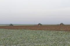 拖拉机种田 免版税库存图片