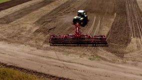 拖拉机空中录影镜头松开领域在日出 影视素材