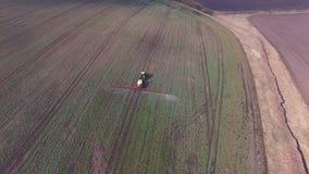 拖拉机空中英尺长度洒油菜籽领域与在4K的化学制品 股票视频