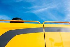 拖拉机细节cabine黄色天蓝色 库存图片