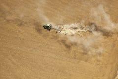 拖拉机耕种的土壤 库存图片
