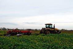 拖拉机耕种 免版税库存图片