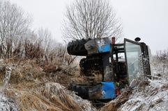 拖拉机落入垄沟 库存图片