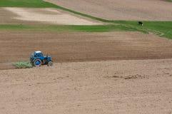拖拉机被耙松的领域 免版税库存图片