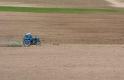 拖拉机被耙松的领域 免版税库存照片