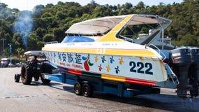 拖拉机运输从海的一条小船海滩 库存照片