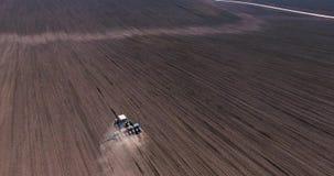 拖拉机鸟瞰图在收获领域的在乌克兰 股票视频