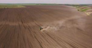 拖拉机鸟瞰图在收获领域的在乌克兰 影视素材