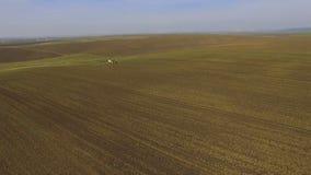 拖拉机鸟瞰图洒油菜籽领域与在4K的化学制品 股票视频