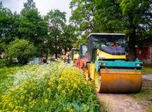 拖拉机,在路修理站点的路辗 修路设备 路修理概念 圣彼德堡 在夏天201 库存图片