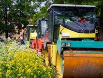 拖拉机,在路修理站点的路辗 修路设备 路修理概念 圣彼德堡 在夏天201 免版税库存照片