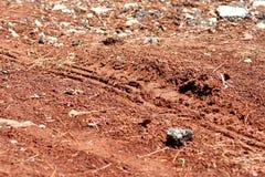 拖拉机,挖掘机,汽车,在泥泞的足迹的汽车轮胎轨道 泥和轮子在路追踪在雨以后 免版税库存照片