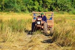 拖拉机,由犁协助的机械 免版税库存照片