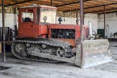 拖拉机 种植播种机弹簧的农业机械 有提取的,平地机拖拉机 免版税库存图片