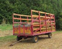 拖拉的干草老无盖货车 免版税库存图片