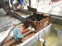 拖拉箱或生锈的接线盒和的输送管道 免版税库存照片