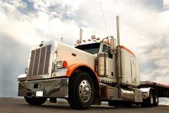 拖拉长的卡车 免版税库存照片